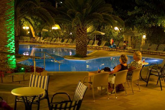 Orion Hotel : Evening by the pool
