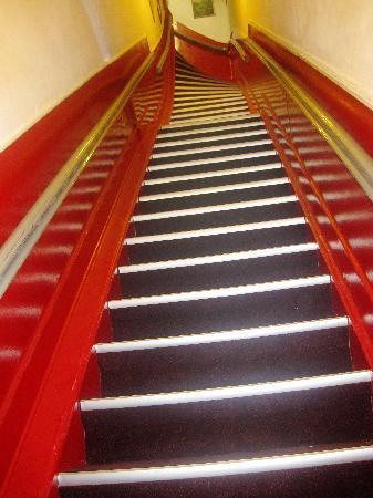 Hotel Galerij: STEEP STEPS TO STEP IN ROOM...