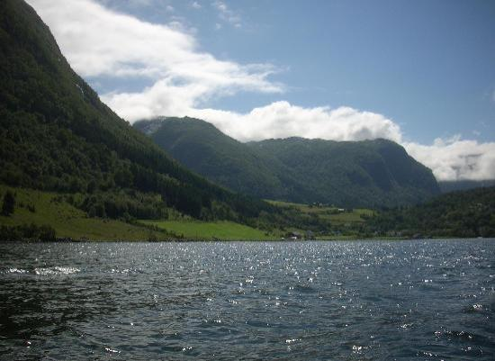 Brekke Cabins: Looking out onto the fjord
