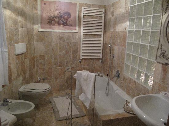 b&b Your Nest: Grosses Badezimmer mit Wanne