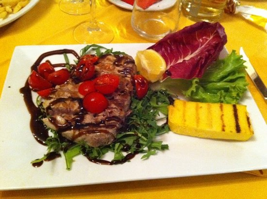 Rosolina, อิตาลี: tonno con pomodorini, rucola e aceto balsamico