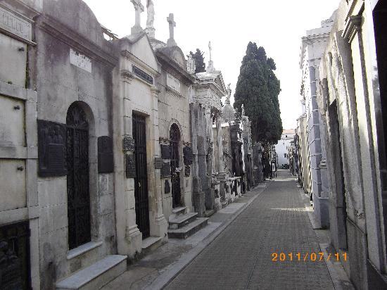 สุสานเรโคเลตา: Recoleta street