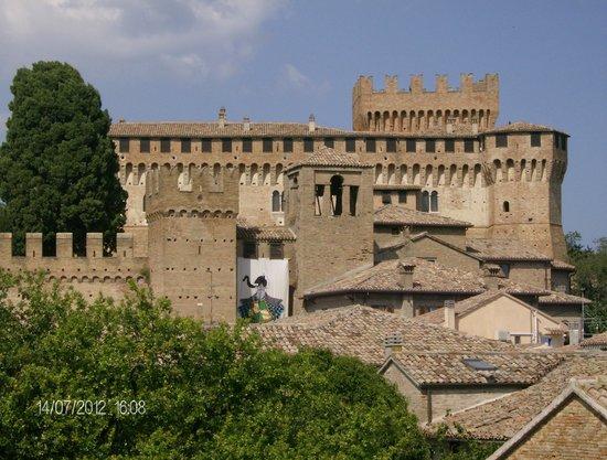 Gradara, Italia: vista del borgo e la rocca