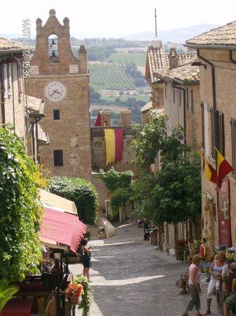 Gradara, Italia: stradina del borgo