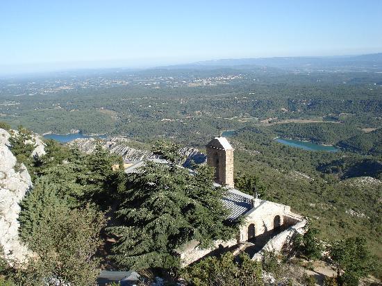 Montagne Sainte Victoire: Talblick über die Kirche zum Stausee