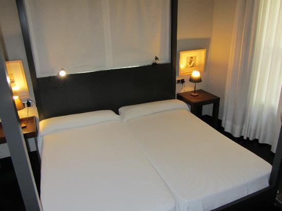 La chambre picture of hotel banys orientals barcelona for Chambre barcelona