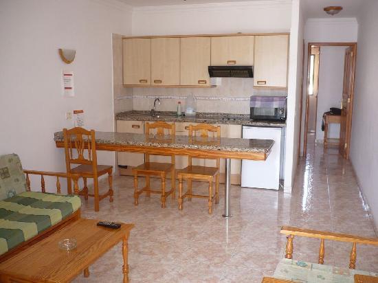 Tisalaya Apartments: vista soggiorno - cucina