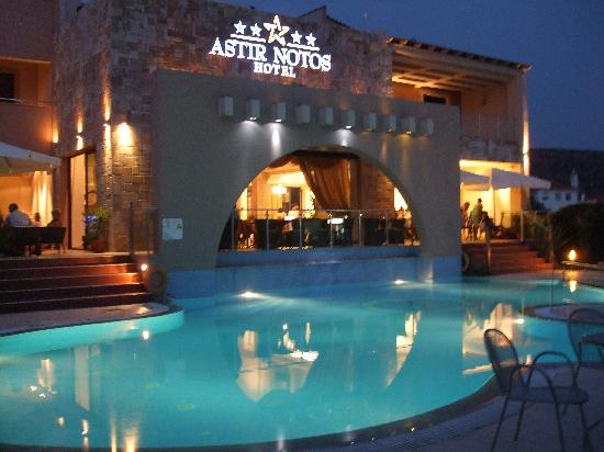 Astir Notos Hotel: Hotel in the evening