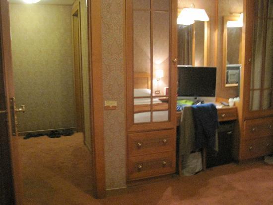 Polo Hotel: Placards et bureau chambre principale avec corridor à gauche
