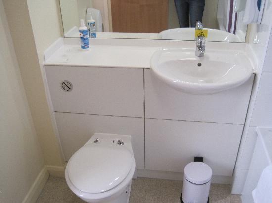 Premier Inn London Kensington (Olympia) Hotel: Das Hygienespray hat nichts zu bedeuten, das nehmen wir immer mit