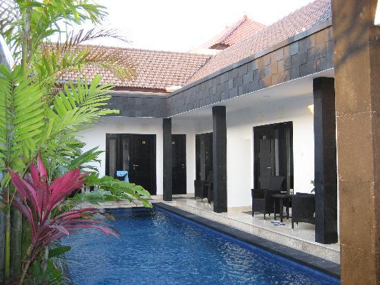 Legian Guest House: piscina