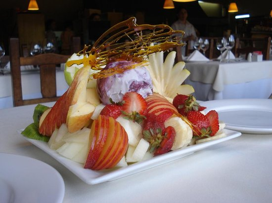 La Tablita: Plato de frutas con helado de calafate