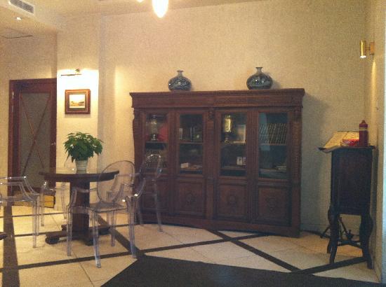 The Brothers Karamazov Hotel: de entree en ontvangst van het hotel