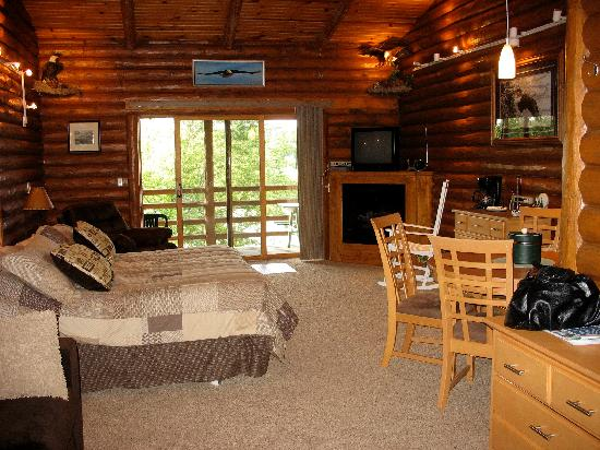 Cedar Lodge & Settlement: one of the river view lodge rooms