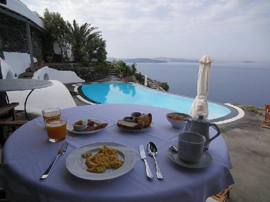 Perivolas: breakfast by the pool