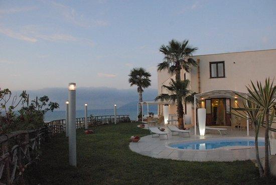 Balestrate, Italia: Il Giardino con Jacuzzi sullo splendido Golfo di Castellammare