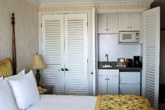 Del Mar, Californien: New shutters that hide a closet and a wet bar!