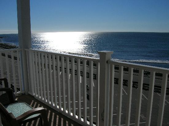 Atlantic Breeze Suites: Another view from our balcony away from the boardwalk.