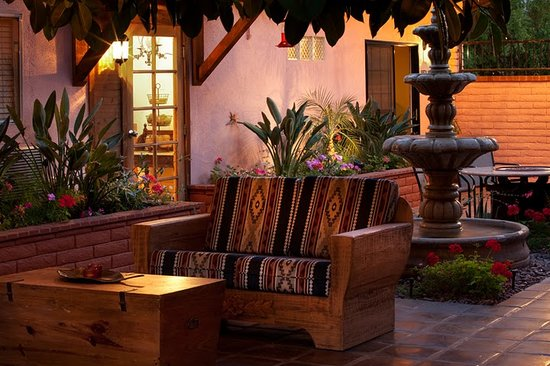 Hotel California: Shaded courtyard