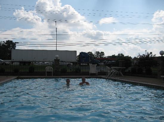 ترافيلرز إن آند سويتس: this is how close the pool is in relation to the truck highway