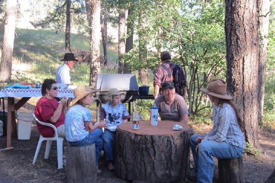 Elk Point Lodge & Cabins: cowboy dinner!
