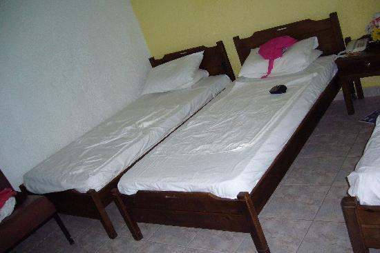 Lisa Hotel: Room beds.