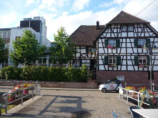 Durbach, Duitsland: View of hotel from road