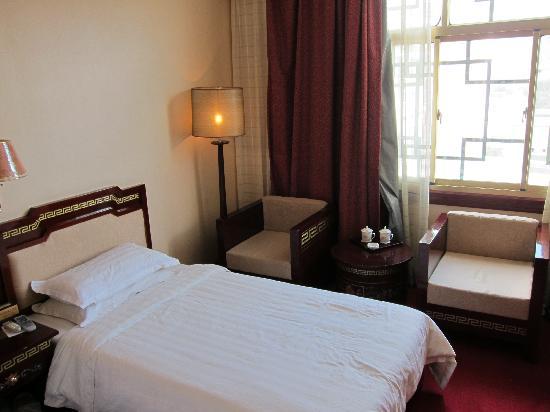 Mandala Hotel (Jiangsu Road): R 8201 twin bed room 1