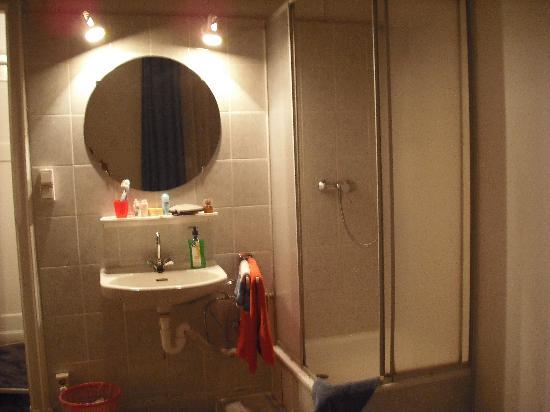 Hotel Pension Insel Rügen: Il lavandino e la doccia sono in camera. Il wc in uno stanzino.