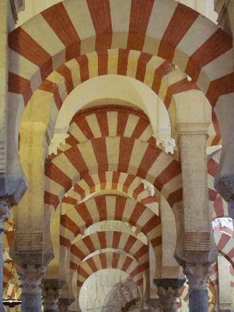 Mezquita Cathedral de Cordoba: Red & white-striped voussoirs inside La Mezquita