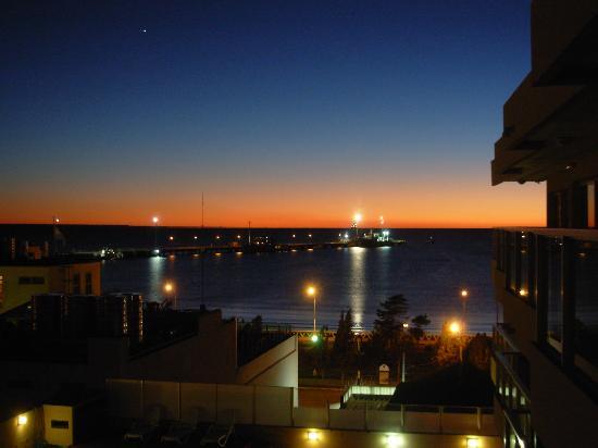 """Vista del muelle de Puerto Madryn desde el living-comedor de """"Terrazas de Mar"""""""