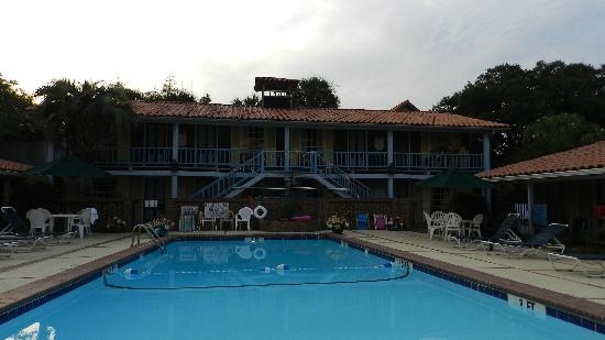 Mariner Motel: front pool-sun all day, umbrellas to shade