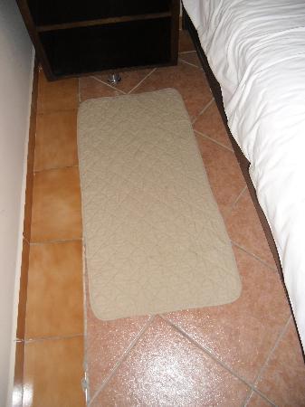 tapis descente de lit un peu bas de gamme picture. Black Bedroom Furniture Sets. Home Design Ideas