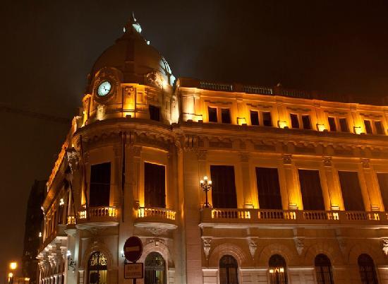 Ceuta, España: Le palais de l'Assemblée vu de nuit