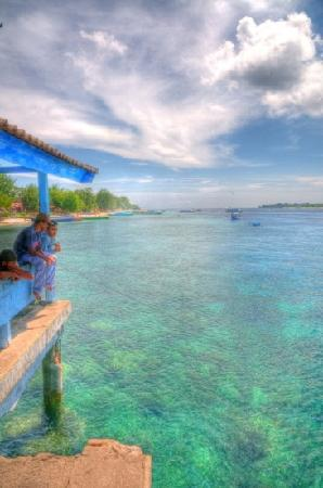 Martas Hotel: fishing on the peir on Gili!!!