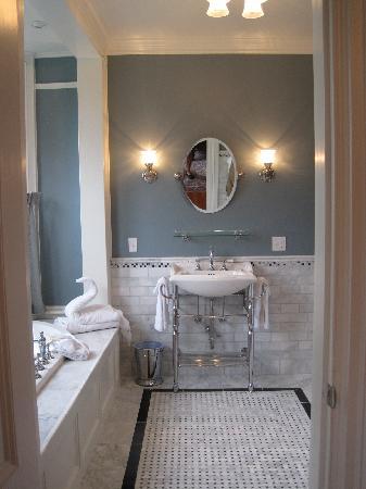 Cliffside Inn: Beatrice room bathroom