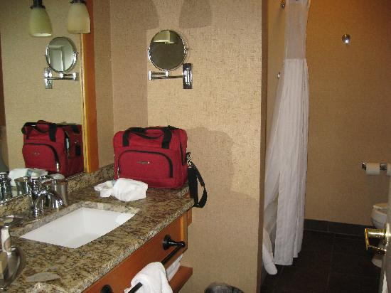 Green Mountain Suites Hotel: bathroom in our suite