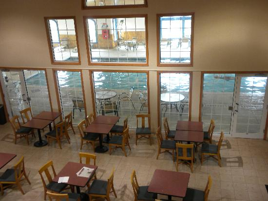 Comfort Suites Wisconsin Dells Area: Breakfast room overlooking the pool