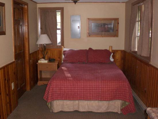 Legion Lake Resort : Main room with bed on one side