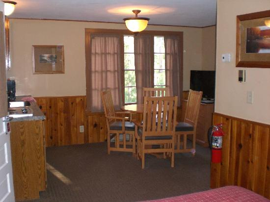Legion Lake Resort : Main room with kitchenette on one side
