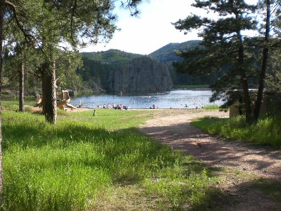 Legion Lake Resort: Lake just a short path away from cabin