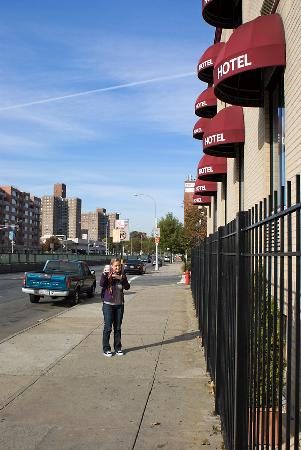 Woodside Motel: The walk to the subway starts here