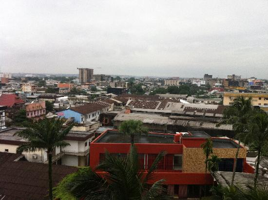 Hotel Akwa Palace : vue derrière l'hôtel (côté piscine)