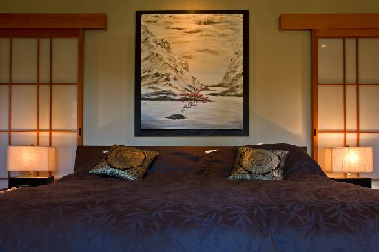 Shades of Jade Inn and Spa: Tall Cedars suite bed...restful sleep