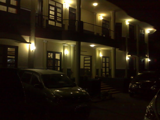 Flores Sare Hotel: Flores Sare at Night