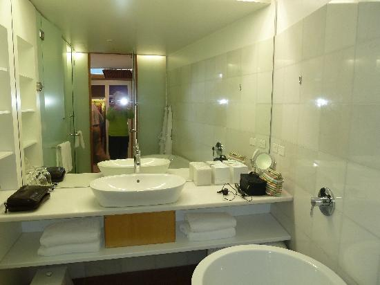 Islington Hotel: BATHROOM