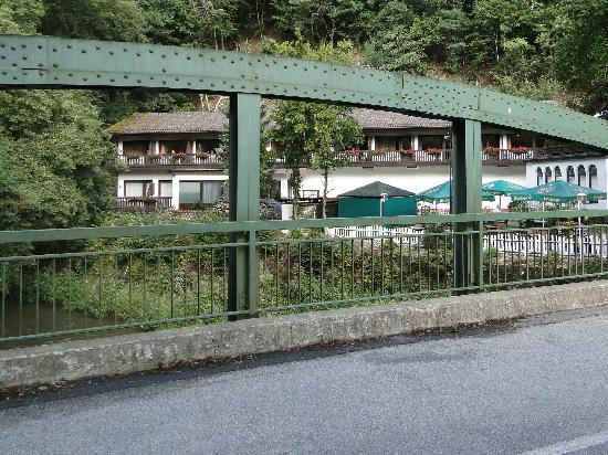 Hotel Wiedfriede: The rooms-wing seen from the bridge
