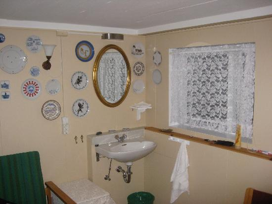 The Little Guesthouse by the Ocean: Sink area