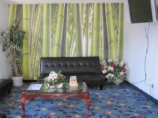 Econo Lodge & Suites: The lobby
