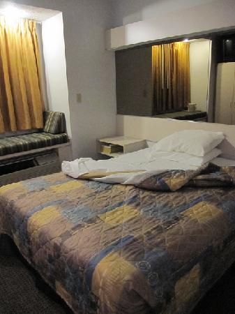 Econo Lodge & Suites: The room, bare bones but totally adequate
